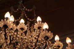 Antykwarski ozdobny krystaliczny świecznik w ciemniącym pokoju, kopii przestrzeń obraz royalty free