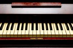 Antykwarski pianino frontowy widok - pianino klucze - Zdjęcie Stock