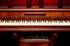 Antykwarski pianino - frontowy widok pianino stolec i klucze Obraz Royalty Free