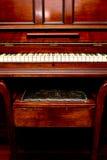 Antykwarski pianino - frontowy widok pianino stolec i klucze Zdjęcia Royalty Free