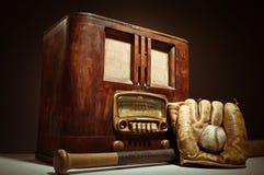 Antykwarski radio Z baseballa Mit I rękawiczką Obrazy Stock