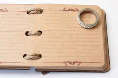 Antykwarski retro dzienniczek odskakuje z arkaną i pierścionkiem zaręczynowym i Obraz Royalty Free