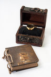 Antykwarski retro dzienniczek odskakuje z linową i drewnianą klatką piersiową złotym i Zdjęcie Stock