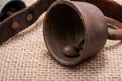 Antykwarski rocznik utlenia mosiężnych sanie dzwony na rzemiennej patce i burlap obrazy stock
