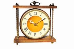 Antykwarski rocznika zegar Odizolowywający na białym tle Zegar jest desktop grabą w drewnianej skrzynce z brązowymi elementami mi Zdjęcie Royalty Free
