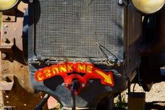 Antykwarski Rolny ciągnik czekać na dzieci obrazy royalty free