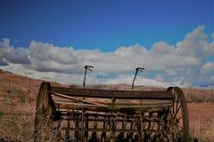 Antykwarski rolny wyposażenie przed śnieg nakrywać górami Fotografia Royalty Free