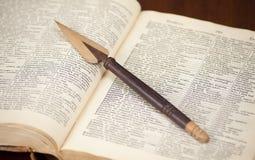 Antykwarski słownik z drewnianym nożem na nim zdjęcia royalty free