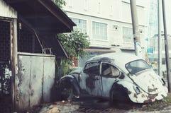 antykwarski samochód przy dworu domem Zdjęcia Stock