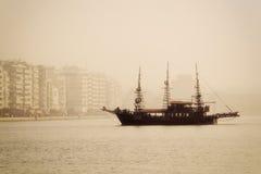 antykwarski statek w porcie Saloniki dzień z mgłą Zdjęcie Royalty Free
