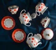 Antykwarski ustawiający naczynia na ciemnym barwionym sukiennym tablecloth Ceramiczny teapot, spodeczek, filiżanka Odgórny widok fotografia royalty free