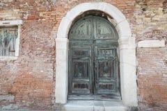 Antykwarski wielki dekoracyjny drewniany drzwi w ceglanym domu Zdjęcie Stock