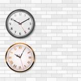 Antykwarski Złocisty Ścienny zegar i Round Kwarcowy Analogowy Ścienny zegar na Białym ściana z cegieł Opróżnia przestrzeń dla twó Obraz Stock