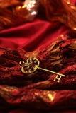 Antykwarski Złoty klucz na Czerwonym tkaniny tle Zdjęcie Royalty Free