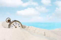 Antykwarski zegarek w piasku Zdjęcia Royalty Free