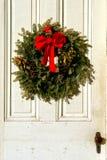 antykwarskich łęku bożych narodzeń drzwiowy sosnowy czerwony wianek Zdjęcie Stock