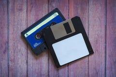Antykwarskie dyskietki i kasety na brązu drewnianym tle zdjęcie stock