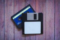 Antykwarskie dyskietki i kasety na brązu drewnianym tle obrazy stock