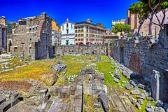 Antykwarskie rzymianin ruiny w Rzym i niebieskim niebie, Włochy Obrazy Royalty Free