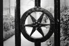 Antykwarskiego i autentycznego żelaza lana brama zdjęcia royalty free