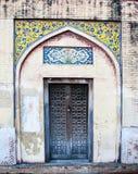 Antykwarskiego projekta drewniany drzwi i Islamska sztuka Zdjęcie Stock
