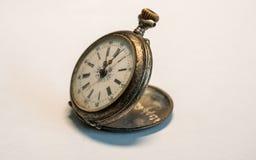 antykwarskiego rocznika zegarka kieszeniowy bardzo stary mały zegarek ośniedziały na białym tle fotografia royalty free