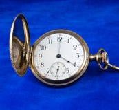 antykwarskiej twarzy złocisty kieszeniowy zegarek zdjęcia royalty free