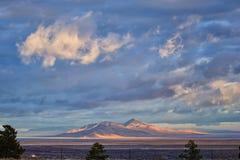 Antylopy wyspy widok od magnumów, ogólny cloudscape przy wschód słońca z Wielkim Salt Lake stanu parkiem w zimie usa Utah zdjęcia royalty free