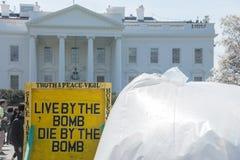 antywojenny pokoju czuwanie przy bielu domem zdjęcie stock