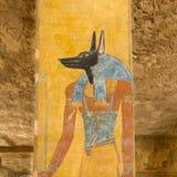 Anubis en una tumba en el valle de los reyes imagenes de archivo