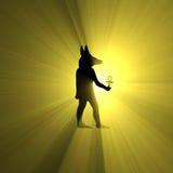 Anubis som rymmer signalljuset för Ankh den egyptiska symbolljus Royaltyfri Foto