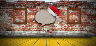 Anule a bolha de papel reciclada do discurso com o chapéu de Santa na parede de tijolo foto de stock
