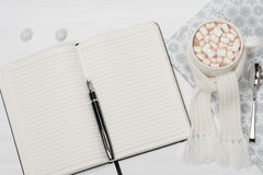 Anule o bloco de notas aberto Caneca de chocolate quente com Imagens de Stock