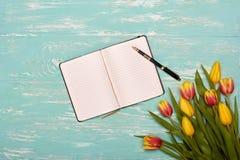 Anule o log diário com pena e flores Imagens de Stock Royalty Free