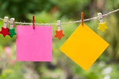Anule páginas esquadradas do bloco de notas e o clipe de papel Papel de nota colado Imagens de Stock