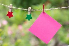 Anule páginas esquadradas do bloco de notas e o clipe de papel Papel de nota colado Fotos de Stock Royalty Free