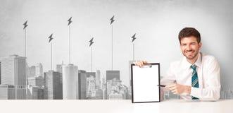 Anunciador que apresenta o consumo de energia da cidade fotografia de stock royalty free