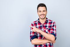 Anunciando o conceito Estudante de sorriso bem sucedido novo do freelancer foto de stock royalty free