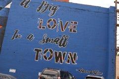 Anunciando a pintura mural no lado da construção em Abilene, TX foto de stock royalty free