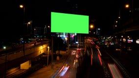Anunciando a tela verde com tráfego na noite video estoque