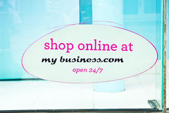 Anunciando um negócio em linha. Fotografia de Stock Royalty Free