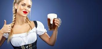 Anuncio con el espacio de la copia Formato de la bandera Camarera atractiva joven de Oktoberfest, llevando un vestido bávaro trad Fotografía de archivo libre de regalías