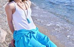 Anuncio de la joyería del verano en una playa griega de la isla Imagenes de archivo