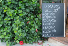 Anuncio de la pizarra del restaurante de los mariscos en español Imagenes de archivo