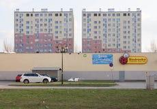 Anuncio delante de un bloque de apartamentos industrializado, Jelenia Gora, Polonia Imágenes de archivo libres de regalías