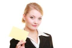 Anuncio Empresaria que sostiene la tarjeta en blanco del espacio de la copia Imagen de archivo libre de regalías