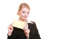 Anuncio Empresaria que sostiene la tarjeta en blanco del espacio de la copia Foto de archivo libre de regalías