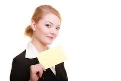 Anuncio Empresaria que sostiene la tarjeta en blanco del espacio de la copia Imágenes de archivo libres de regalías
