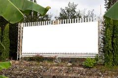 Anuncio tropical en blanco de la cartelera T aislado anuncio blanco grande imágenes de archivo libres de regalías