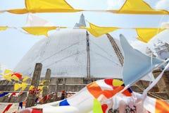 Anuradhapura, dagoba Ruvanvelisaya, με τις σημαίες Στοκ φωτογραφία με δικαίωμα ελεύθερης χρήσης
